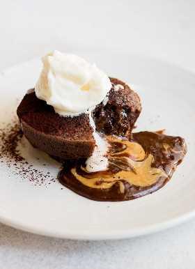 Pastel de Lava con Mantequilla de Maní y Chocolate