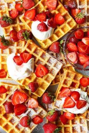 Waffles de fresa y crema de mantequilla: ¡los waffles son perfectamente esponjosos y muy ligeros! TAN BUENO. Cubierto con fresas frescas + crema batida casera!