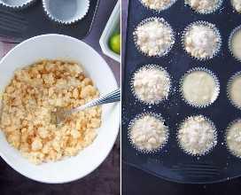 colocando la masa para muffins en moldes para muffins con migas