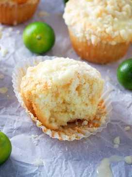 La mitad de un muffin de migas de cítricos en un papel pergamino