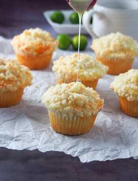 rociando glaseado de cítricos en muffins de calamansi