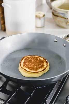 Keto panqueque cocinar en una sartén sobre la estufa de gas.