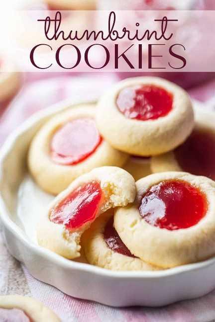 """Receta de galletas con huella digital preparada y servida en un plato de cerámica blanca con una superposición de texto que dice """"Cookies de huella digital""""."""