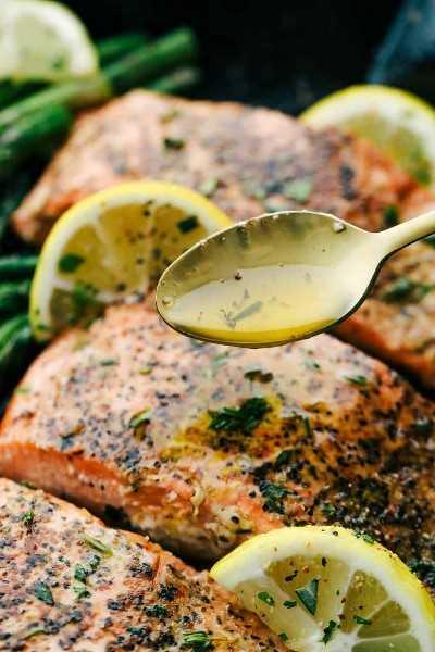 Brown mantequilla salmón limón con una cuchara rociando glaseado de mantequilla marrón sobre la parte superior del salmón.