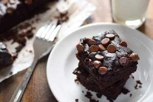 Brownies de frijoles negros con chispas de chocolate en un plato blanco