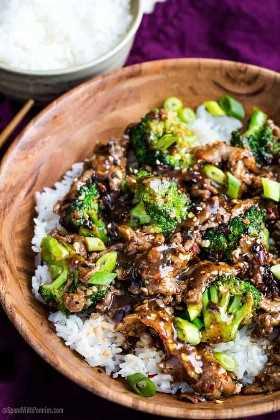 Tazón de carne de res y brócoli con arroz en un tazón de madera y arroz al lado