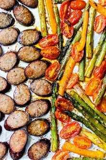 La cena de pan Kielbasa Veggie Sheet Pan está hecha con pavo kielbasa, espárragos, tomates y pimientos cocidos, todo en una sartén, ¡fácil de limpiar! También es Keto, Whole30, bajo en carbohidratos y sin gluten.