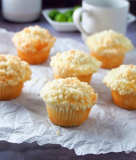 Muffins de Calamansi sobre un pergamino blanco