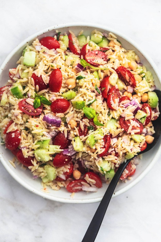 La mejor ensalada italiana Orzo Ensalada fácil y saludable | lecremedealcrumb.com