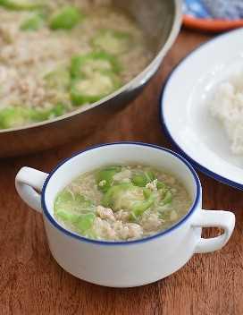 sopa de miswa patola en un tazón blanco con arroz al vapor al lado