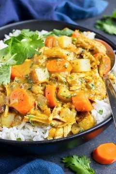 Una receta casera de pollo al curry saludable, fácil y Whole30 con papas y zanahorias.