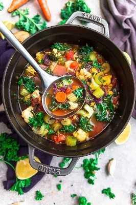 Sopa de desintoxicación de verduras en una olla con cucharón