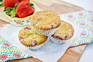 Muffins decadentes de morango Keto prontos para comer agora.