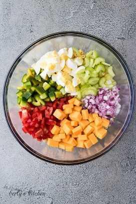 "Fideos de pasta, vegetales cortados en cubitos y queso en un tazón para mezclar. ""Class ="" lazyload wp-image-26153 ""srcset ="" https://cdn.shortpixel.ai/client/q_lossless,ret_img,w_680/https://www .berlyskitchen.com / wp-content / uploads / 2020/01 / Macaroni-Salad-1.jpg 680w, https://cdn.shortpixel.ai/client/q_lossless,ret_img,w_200/https://www.berlyskitchen. com / wp-content / uploads / 2020/01 / Macaroni-Salad-1-200x300.jpg 200w ""datos-tamaños ="" (ancho máximo: 680px) 100vw, 680px"