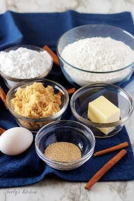 """Farinha, açúcar, açúcar mascavo, manteiga, ovo e fermento usado para rolinhos de canela caseiros. """"Class ="""" lazyload wp-image-13732 """"srcset ="""" https://cdn.shortpixel.ai/client/q_lossless,ret_img,w_680 /https://www.berlyskitchen.com/wp-content/uploads/2018/ 07 / Easy-Homemade-Cinnamon-Rolls-13.jpg 680w, https://cdn.shortpixel.ai/client/q_lossless,ret_img, w_200 / https: //www.berlyskitchen.com/wp-content/uploads/2018 /07/Easy-Homemade-Cinnamon-Rolls-13-200x300.jpg 200w """"tamanhos de dados ="""" (largura máxima: 680px) 100vw, 680px"""