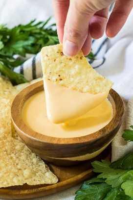 "Uma microplaqueta de tortilla é mergulhada no molho de queijo acabado. ""Class ="" lazyload wp-image-23186 ""srcset ="" https://cdn.shortpixel.ai/client/q_lossless,ret_img,w_680/https://www.berlyskitchen .com / wp-content / uploads / 2019 / 09 / Beer-Cheese-Dip-5.jpg 680w, https://cdn.shortpixel.ai/client/q_lossless,ret_img,w_200/https://www.berlyskitchen. com / wp-content / uploads / 2019/09 / Beer-Cheese-Dip-5-200x300.jpg 200w ""tamanhos de dados ="" (largura máxima: 680px) 100vw, 680px"