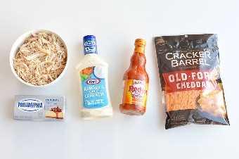 Ingredientes para o molho de frango com frango, creme de queijo, molho de rancho, molho de frango e queijo cheddar
