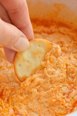 Esta receita de molho de frango de búfalo crockpot de frango é MUITO BOM e muito fácil de fazer! Com apenas 5 ingredientes simples, você pode configurá-lo na panela lenta e estará pronto quando precisar. Esta é uma receita de lanche tão fácil e uma receita deliciosa para o dia do jogo. Servido com nachos, biscoitos ou vegetais, é um lanche perfeito do Superbowl ... ou um lanche de festa a qualquer momento!