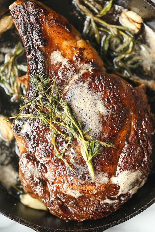 Como preparar um bife Ribeye: Por que ir a uma churrasqueira quando você pode fazer o bife mais perfeito em casa? Frigideira com a melhor manteiga de ervas e alho!