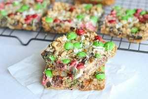 Essas barras de biscoitos mágicos de Natal são uma delícia perfeita para servir em uma festa de Natal, basta cortá-las em pedaços pequenos e servir um feriado delicioso!