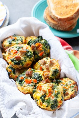 Cinco xícaras de ovos com ingredientes da thelittlekitchen.net