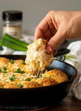 ¡Mmm! ¡Este anillo de fiesta con salsa de queso y tocino caliente y burbujeante es una forma divertida y sabrosa de servir un aperitivo!