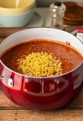 Macarrão seco em um pote de goulash