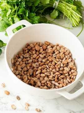 Use frijoles pintos secos para hacer auténticos frijoles refritos en la olla instantánea