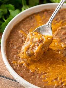 Estos frijoles refritos con queso son un alimento básico mexicano, hechos rápidamente y sin esfuerzo en Instant Pot.