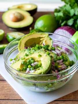 Combine todos os ingredientes para guacamole fresco em uma tigela e use um garfo para misturar até obter a consistência desejada.