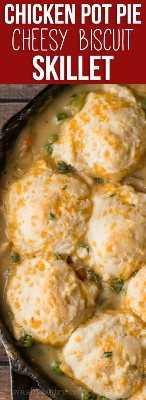 Esta reconfortante sartén de galleta de pastel de pollo está llena de pollo regordete y verduras tiernas en una salsa espesa y cremosa de pollo, y luego cubierta con esponjosas galletas con queso.