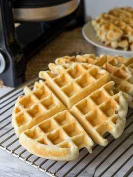 """¡Esta receta clásica de waffles se hace perfectamente crujiente por fuera, esponjosa por dentro, por waffles para morirse! """"width ="""" 675 """"height ="""" 897 """"srcset ="""" https://iwashyoudry.com/wp-content/uploads/2016/08/Classic-Waffles-4.jpg 675w, https://iwashyoudry.com/wp -content / uploads / 2016/08 / Classic-Waffles-4-600x797.jpg 600w """"tamaños ="""" (ancho máximo: 675px) 100vw, 675px"""