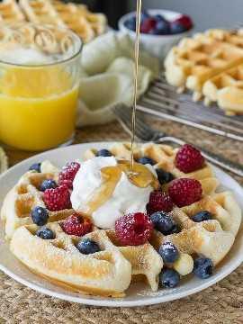 """¡Esta receta clásica de waffles se hace perfectamente crujiente por fuera, esponjosa por dentro, por waffles para morirse! """"width ="""" 675 """"height ="""" 901 """"srcset ="""" https://iwashyoudry.com/wp-content/uploads/2016/08/Classic-Waffles-6.jpg 675w, https://iwashyoudry.com/wp -content / uploads / 2016/08 / Classic-Waffles-6-600x800.jpg 600w """"tamaños ="""" (ancho máximo: 675px) 100vw, 675px"""