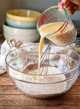 Tamice los ingredientes secos con un colador de malla fina, luego mezcle los ingredientes húmedos y combine.