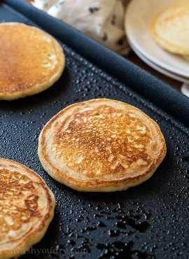 Cocine los panqueques caseros con mantequilla en una plancha caliente hasta que estén dorados por cada lado.