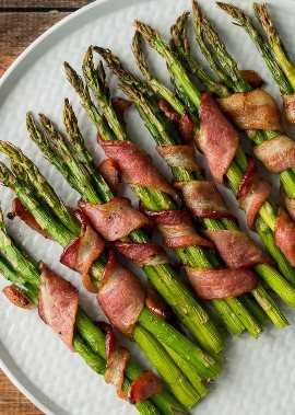 MEU DEUS! Esta receita de aspargos envoltos em bacon é realmente deliciosa! Servimos este enfeite fácil com bifes e purê de batatas e foi um sucesso total.