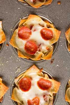 Estas canecas bonitos de Mini Pizza Dip são de queijo e deliciosas! Perfeito para a sua próxima festa, dia do jogo ou porta traseira!
