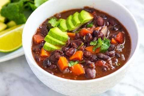 Receita fácil da sopa de feijão preto do vegetariano