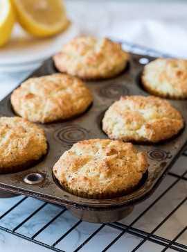 ¡Los muffins de semillas de amapola y limón son el bocadillo perfecto para el desayuno húmedo y delicioso para la temporada de regreso a la escuela!