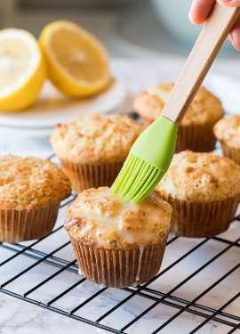 ¡DIOS MIO! Estos muffins de semillas de amapola y limón son tan húmedos como una panadería, ¡pero súper fáciles de preparar en casa!