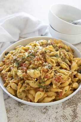 Macarrão instantâneo cremoso italiano com queijo e macarrão