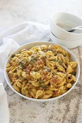 pote instantâneo cremoso italiano de macarrão e queijo em tigela branca