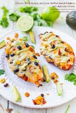 Queso, frijoles negros y batatas rellenas de maíz con crema de aguacate (vegan, GF): ¡una comida saludable que es fácil, lista en 15 minutos, satisfactoria y no sabe a comida saludable!