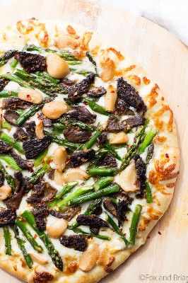 Esta pizza de alho com espargos e morel é a maneira perfeita de usar seus produtos da primavera! Alho e queijo, cheio de sabor e vegetariano!