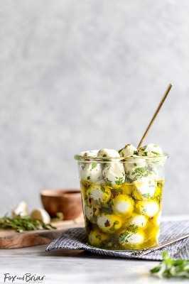 Essas bolas de mussarela marinadas em azeite são um lanche rápido e fácil que leva menos de 15 minutos para ser feito. @bertolli #ad #TheRecipeIsSimple | Avançar | Para uma festa | Rápido | Para uma multidão | aperitivo frio | sem cozinheiro | mordidas | salgadinhos | sanduíches | Lanches com pouco carboidrato