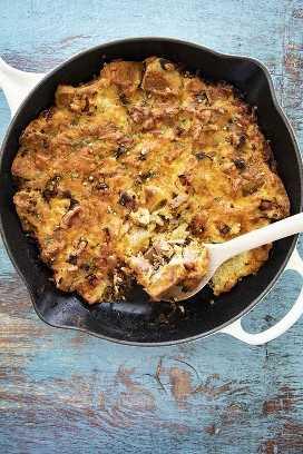 Desayuno de magdalenas inglesas en sartén de hierro fundido