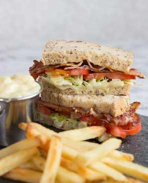Sandwich BLT con alioli de ajo asado y papas fritas