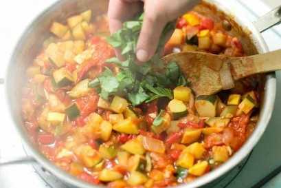 O molho de legumes leva cerca de 20 minutos e pode ser preparado com até 3 dias de antecedência.