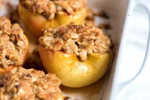 Receita fácil para maçãs assadas com aveia e açúcar mascavo