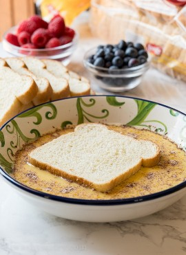 Sumerge el pan MUY RÁPIDAMENTE en la mezcla de huevo para hacer una tostada francesa súper fácil que no esté demasiado empapada.